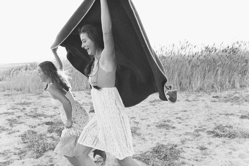 sisters-free-people-senior-photo-running-blanket