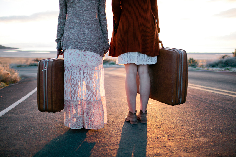 sisters-senior-photo-vintage-suitcase-road-leaving